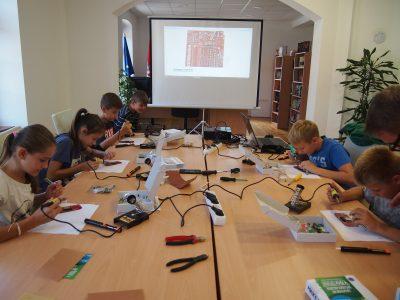 Djeca na besplatnoj radionici elektronike u organizaciji Udruge BSWireless